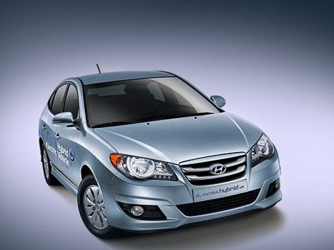 Hyundai elantra. Гибридный седан отличается слегка изменённой внешностью: новые передние фары, бампер, решётка радиатора. Приём заказов нановинку уже открыт, апродажи начнутся виюле.