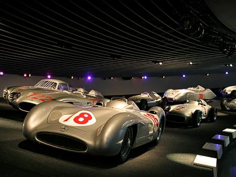 Mercedes museum. Наиболее ярко и наглядно представлена эволюция гоночных машин. Все они — от первых до последних экземпляров — «мчатся» друг за другом по импровизированному треку.