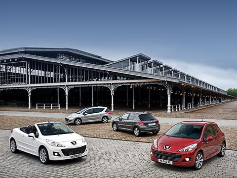 Peugeot 207,Peugeot 207 rc. Французы нестали тянуть льва захвост иобновили всё семейство сразу. Всалонах европейских дилеров одновременно появятся модернизированные хэтчбеки, универсал, купе-кабриолет и«горячий» 175-сильныйRC.