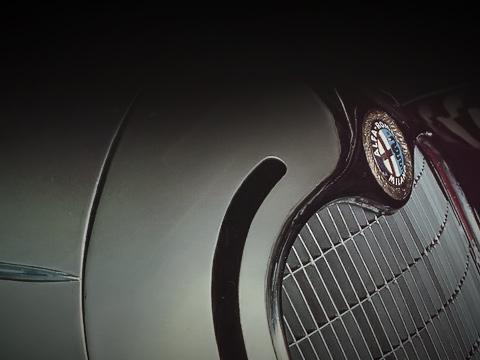 Alfaromeo museum. Эмблема компании принципиально неменялась с1910года, когда молодой художник Романо Чаттаннео предложил автомобилям A.L.F.A. стилизованный герб известного всредневековье семейства Висконти.