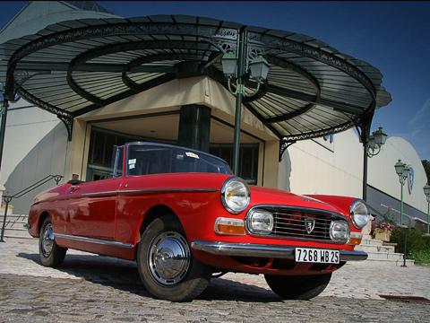 Peugeot museum. Вход вмузей, прикрытый ажурным кованым навесом, икабриолет Peugeot 404. Обе вещи выглядят истинно по-французски, подчеркивая красоту друг друга.