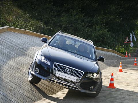 Audi a4 allroad. Фактически A4allroad— это универсал A4Avant, носпластиковыми обвесом изащитой днища, увеличенным до180ммклиренсом ирасширенной на20ммколеёй.