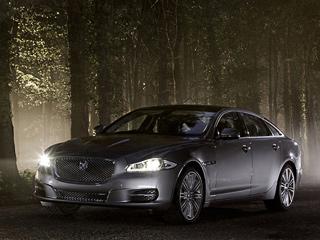 Jaguar xj. Для нового XJпредлагаются 14цветов кузова, 12изкоторых— металлик. Диски на19дюймов есть только воснащении Premium luxury. Все остальные машины комплектуются 20-дюймовыми.