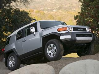 Toyota fj cruiser. Чтобы стать обладателем внедорожника FJCruiser 2010модельного года, придётся выложить поменьшей мере $23680. Заэти деньги— привод назаднюю ось ипятиступенчатый «автомат».