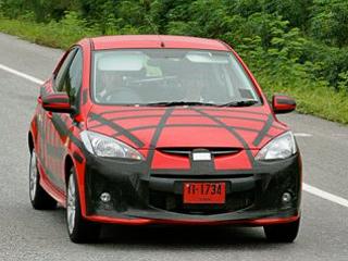 Mazda 2. Изменений немного— новый бампер сиными ноздрями воздухозаборников ипротивотуманками, атакже новая фальшрадиаторная решётка.