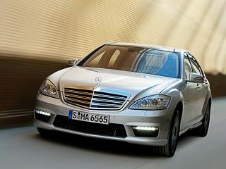 Mercedes s,Mercedes s amg. Mercedes S65AMG разменивает первую сотню уже за4,4с.На две десятых медленнее проделывает это упражнение S63AMG. Максимальная скорость уобеих машин ограничена наотметке 250км/ч.
