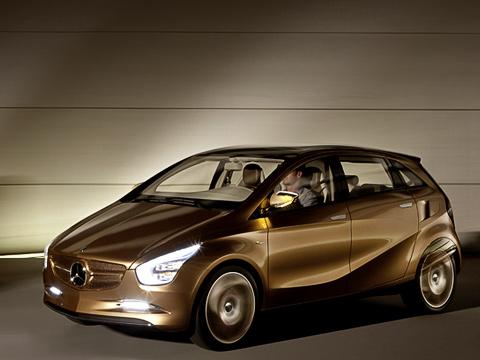 Mercedes bluezero,Mercedes concept. Спомощью специального устройства, которым оснащён концепт, батареи заполняются энергией под завязку заполчаса. Отбытовой розетки снапряжением 220Ваккумуляторы заряжаются шесть часов.
