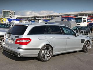 Mercedes e. Перед поездкой на«горячем вагоне» главное— незабыть получше закрепить груз вбагажнике, объём которого при сложенном заднем диване составляет аж1950л.