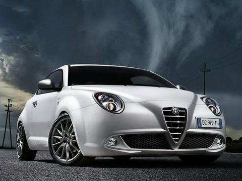 Alfaromeo mito. Главными соперниками MiTo Quadrifoglio Verde станут такие хот-хэтчи, как Mini CooperS, Renault Clio Sport, Opel Corsa OPC иPeugeot 207RC. Ностоит учитывать, что гражданского у«итальянки» всё-таки больше, чем уних.