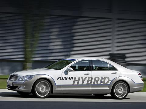 Mercedes s. Посравнению с«пятисотым» усерийной модификации S400Hybrid электромотор слабее на34л.с., абензиновый V63.5тотже. Даиобещанный средний расход топлива вдва слишним раза выше— 7,9лна100 км.