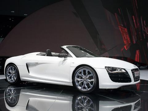 Audi r8 spyder,Audi r8. Кроме складного верха, бросается вглаза отсутствие «лезвий» набоках автомобиля. Обычно ихкрасили вдругой цвет.