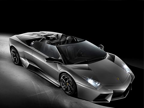 Lamborghini reventon. Единственное иглавное отличие отверсии купе— вотсутствии крыши. Аещё умашины модернизированный задний диффузор, прижимающий родстер кдороге. Туже задачу выполняет иактивное антикрыло, которое оживает наскорости свыше 130км/ч.
