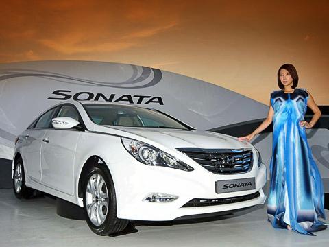 Hyundai sonata. Передок явно нарисован под влиянием нынешней Teana. Даже решётка радиатора схарактерным изломом поцентру типично ниссановская.