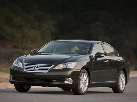 Lexus es. Больше хрома, новый бампер, фальшрадиаторная решётка, фары изеркала заднего вида— вот ивсе изменения спереди.