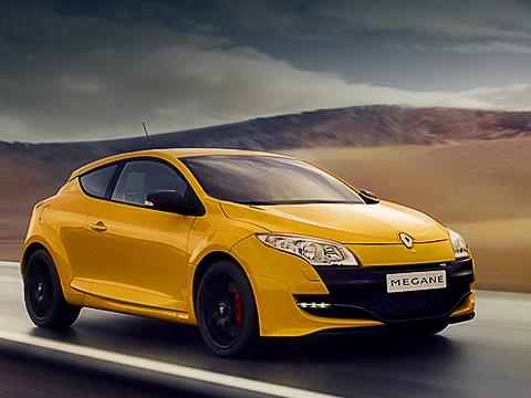 Renault megane rs,Renault megane. Megane RSотобычной версии хэтчбека отличается агрессивным обвесом сосветодиодными фарами «дневного света» вбампере.