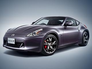 Nissan 370z. Помимо оригинального цвета, юбилейную «прекрасную леди» Zвыделяют чёрные диски икрасные тормозные суппорты.