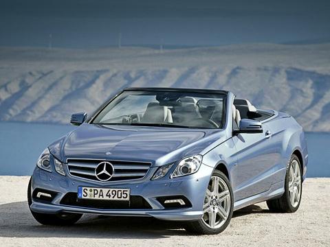 Mercedes e,Mercedes e cabrio. Крыша нового кабриолета Е-класса автоматически убирается заголовы задних пассажиров неболее чем за20с. Эту операцию можно проделывать наскорости до40км/ч.