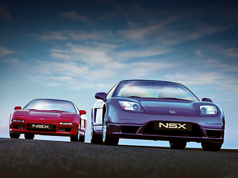 Honda nsx. Купе NSX стало знаковым нетолько для Хонды, ноидля всего автомобильного мира. Ведь полностью алюминиевый несущий кузов впервые сделали именно хондовцы— спустя 40лет после выпуска рамного внедорожника Land Rover Defender. Допоявления алюминиевого седана AudiA8оставалось два года...