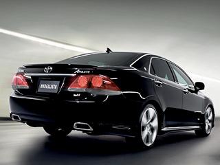 Toyota crown. «Заряженный» седан Crown +MSuper Charger всалонах японских дилеров Тойоты продаётся почти по$79 тысяч (7093000иен). Прайс-лист наобвесы пока невывешен.
