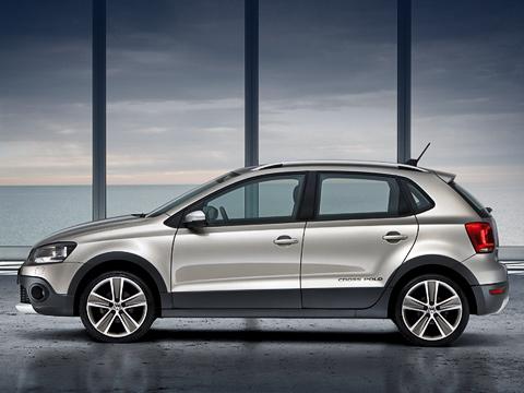 Volkswagen polo,Volkswagen crosspolo. Как ивсе «кроссы», автомобиль исключительно пятидверный. Версию смотором 1.2 будут продавать вЕвропе примерно за15500евро, что всреднем натри тысячи больше, чем берут за«гражданский» Polo.