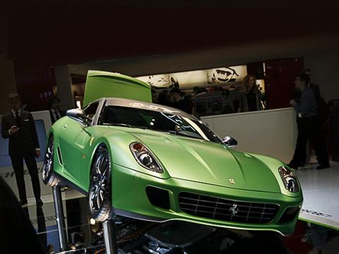 Ferrari hy-kers. Помимо трёхфазного электромотора и аккумуляторов, заряжающихся при торможении, в этой модели Ferrari вызывает интерес и новая коробка передач — семиступенчатый «робот» F1 с двумя сцеплениями.