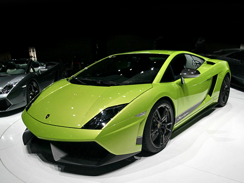 Lamborghini gallardo,Lamborghini gallardo superleggera. Суперкар стал нетолько быстрее, ноиснисходительнее кокружающей среде. Заявленный средний расход всмешанном цикле— 13,5л /100км уверсии с«роботом» и14,4л/100км с«механикой». Gallardo LP560-4 потребляет 13,7 и14,7л накаждую сотню соответственно.