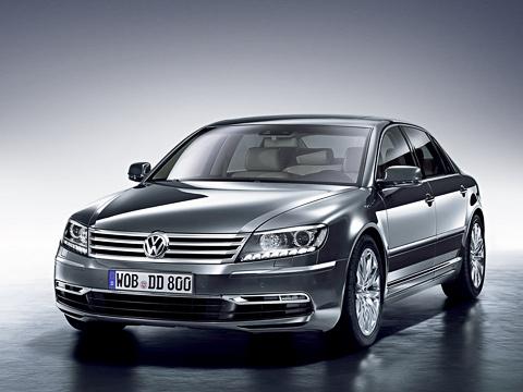 Volkswagen phaeton. Вне зависимости отверсии Volkswagen Phaeton поумолчанию комплектуется автоматической коробкой передач, пневмоподвеской, полным приводом ибиксеноновыми фарами.