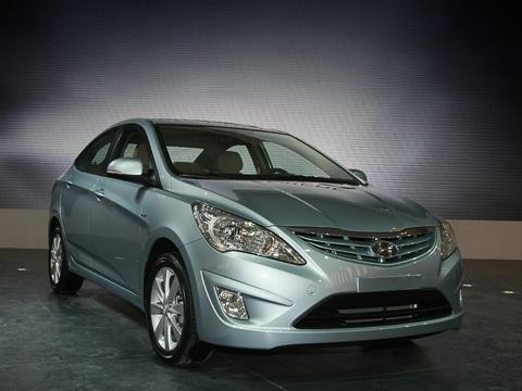 Hyundai verna. Переднеприводный седан Hyundai Verna экономичен: со107-сильным мотором и«механикой» всмешанном цикле выходит 5,7л/100км. Такаяже машина, нос«автоматом» выпивает 6,2л насотню.