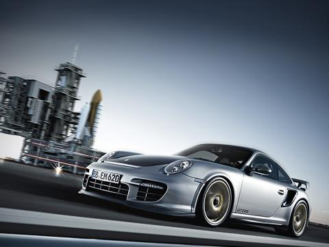 Porsche 911. Помимо логотипов GT2RS надверях икрышке багажника автомобиль отличается отисходной модификации видоизменённым спойлером переднего бампера. Нуакромка заднего для увеличения прижимной силы была приподнята на10мм.