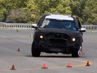 Ford explorer. Система Curve control поможет вам пройти змейку изконусов, даже если вынезнаете, скакой скоростью кней подступиться. При необходимости автомобиль затормозит сам, аводителю лишь останется поворачивать руль.