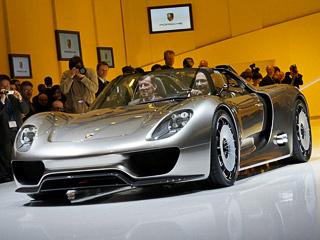 Porsche 918. Ожидается, что новинка будет стоить около 500тысяч евро. Тоесть будет дороже, чем другой суперкар компании, Porsche CarreraGT, который оценён в453 тысячи евро ибыл выпущен тиражом менее 1500единиц.