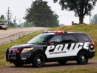 Ford explorer,Ford explorer police interceptor. Для полиции фордовцы предложат два варианта трансмиссии— передне- иполноприводную. Вовтором случае Explorer получает ещё идополнительную систему охлаждения для многодисковой муфты JTEKT, подключающей заднюю ось.