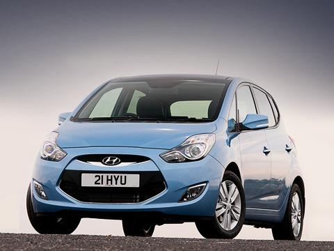 Hyundai ix20. Попрогнозам, цены наHyundai ix20 будут находиться вдиапазоне 15–21 тысяча евро. Всем версиям в«базе» полагаются система стабилизации, кондиционер итехнология start/stop.