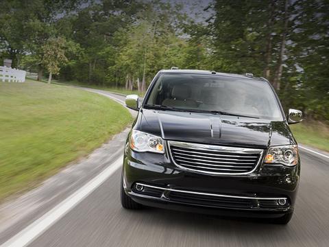 Chrysler town-country,Chrysler grand voyager. Также как идорестайлинговый Chrysler Town &Country, освежённый минивэн будут собирать назаводе Windsor вОнтарио (Канада).