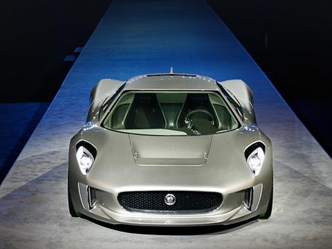 Jaguar c-x75. Концепт, оснащённый одноступенчатой коробкой передач, при поддержке газовых микротурбин способен проехать без подзарядки батарей до 900 км, выделяя 28 г углекислого газа на километр. К слову, объём топливного бака равен 60 л.