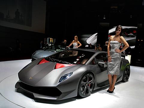 Lamborghini sesto elemento,Lamborghini concept. Укаждой детали кузова своё предназначение. Например, два вертикальных ребра под капотом нетолько упрочняют его структуру, ноираспределяют набегающие воздушные потоки. Часть воздуха охлаждает тормозную систему, ачасть перенаправляется через крышу кмоторному отсеку.