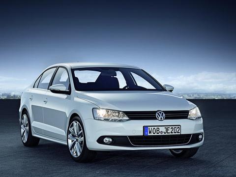 Volkswagen jetta. Внешние отличия от«американки» уевропейской версии можно попальцам перечесть: новые боковые зеркала, прозрачные указатели поворота вблок-фарах головной оптики ичуть подправленный низ заднего бампера.