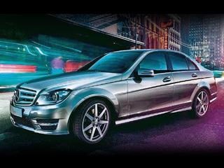 Mercedes c. ВAMG-стайлинге Mercedes-Benz C-класса выглядит подчёркнуто спортивно: большая трёхлучевая звезда нарешётке итрадиционные «рёбра» разбавляют сдержанность фронтальной части.