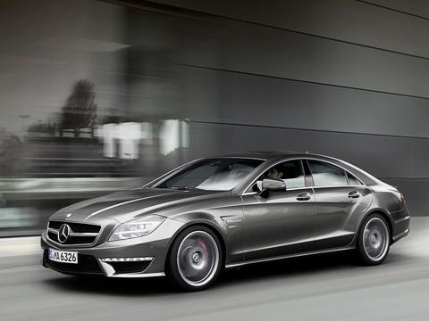 Mercedes cls,Mercedes amg. Красные суппорты, декоративная крышка двигателя, атакже элементы обвеса из«голого» композита свидетельствуют отом, что под капотом 558сил, анештатные525.