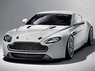 Aston martin v8 vantage,Aston martin vantage gt4. Доработанный Aston Martin Vantage GT4 получил новый сплиттер, увеличивающий прижимную силу, а также корректирующий воздушные потоки для улучшения охлаждения радиатора.