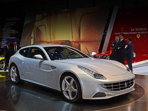 Ferrari ff. Могучий мотор V12 6.3 и роботизированная коробка передач F1 с двумя сцеплениями (отнесённая к задней оси) позволяют суперкару Ferrari FF набирать сотню за 3,7 с и развивать 335 км/ч. У его предшественника было 4,2 с и 320 км/ч соответственно.