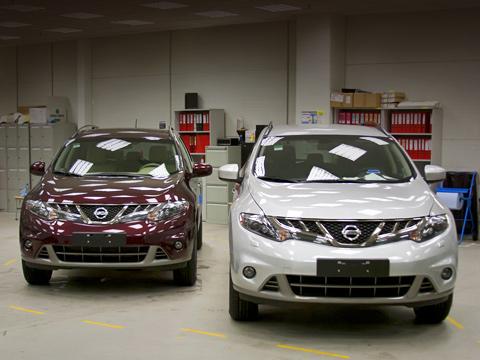 Nissan murano,Nissan tiida,Nissan x-trail. Пара кроссоверов Nissan Murano ждут аудиторов изЯпонии: уних напроверку уйдёт отдвух довосьми часов. Отрезультатов проверки зависит, насколько быстро паркетники, сделанные вРоссии, попадут вшоу-румы отечественных дилеров.