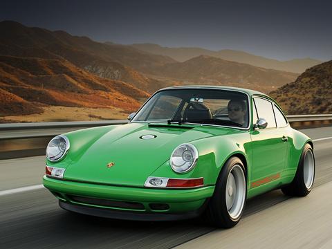 Porsche 911. За$215000 клиент получит почти «голый» автомобиль. Доплачивать придётся заэлектрогидравлический усилитель отJerry Woods Enterprises ($3800) идаже заправое боковое зеркало сэлектрорегулировкой ($2500).