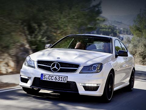 Mercedes c amg,Mercedes c,Mercedes c coupe. Мощное купе Mercedes C63AMG отличается отболее спокойных представителей семейства видоизменённым передним бампером, новой головной оптикой ифальшрадиаторной решёткой. Укрупнённая трёхлучевая звезда также говорит опринадлежности кклану AMG.