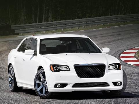 Chrysler 300c,Chrysler 300c srt. На достижение 100 км/ч 465-сильный седан тратит около четырёх секунд, а 402 метра проходит за 12 с. Максимальная скорость — 282 км/ч.