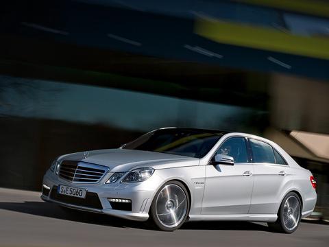 Mercedes e amg. Кому мало 525 сил и 700 Н•м, придётся заказывать пакет AMG Performance Package. С ним давление наддува подскакивает с одного бара до 1,3, а отдача — до 557 «лошадей» и 800 ньютон-метров.