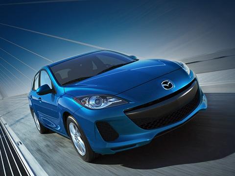 Mazda 3. Форму переднего бампера, закрывающих днище панелей иещё ряда деталей обновлённой «матрёшки» японцы оптимизировали для улучшения аэродинамики. Это позволило, вчастности, снизить коэффициент лобового сопротивления ухэтчбека смотором Skyactiv с0,31 до0,29, ауседана— с0,29 до0,27.
