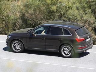 Audi q5. Даже обманчивые шильдики несмогли сбить столку пронырливых шпионеров. Нетак просто скрыть отпосторонних глаз признаки самой мощной модификацииRS.