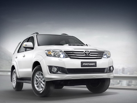 Toyota fortuner. Снаряжённая масса взависимости отмодификации варьируется от1755 до1960кг. Полноприводными могут быть только машины стурбодизельной «четвёркой» 3.0, азаднеприводными— сагрегатами 2.5, 2.7 итемже трёхлитровым двигателем.