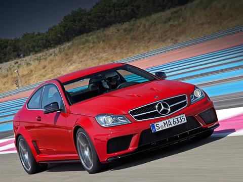 Mercedes c amg. Автомобиль с517-сильным мотором «выстреливает» досотни за4,2с, что на0,3с меньше результата купе Mercedes C63AMG. Родстер Mercedes SL65AMG (612 л.с.) выполняет это упражнение затеже 4,2с. Увсех озвученных моделей максимальная скорость ограничена электроникой науровне 250км/ч.